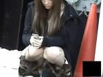 【ギャルパンチラ盗撮動画】友達との待ち合わせで座りパンチラしてる北川景子似ギャルを街撮り盗撮ww