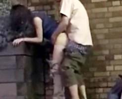 【無修正盗撮動画】深夜の公園で花壇に手を付いて立ちバック挿入するカップルを発見したので隠し撮り…
