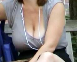 【海外胸チラ盗撮動画】日本人ではありえない爆乳…歩くだけで揺れる外国人のオッパイを街撮り盗撮ww