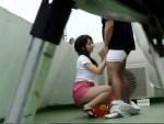 【フェラチオ盗撮動画】ビルの屋上でタイトスカート履いた露出ギャルが売春…Tバック尻突き出して即尺ww