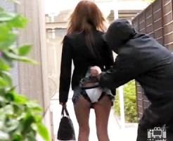 【イタズラ盗撮動画】街歩くミニスカ素人ギャルの背後からスカート捲ってパンツの中に虫を投下した結果ww