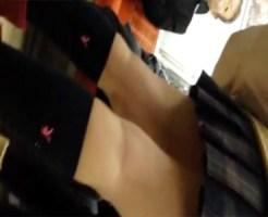 【電車盗撮動画】カメラアングルが完全に個人撮影でリアル…ブレザー女子校生の太ももを接写撮りww