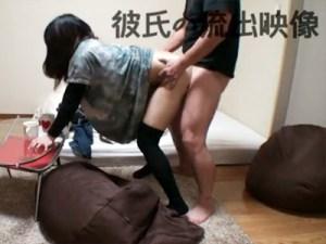 【無修正盗撮動画】狭いワンルームでヤルことと言ったらセックスしかない素人カップルの流出動画…