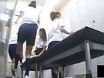 【JK着替え盗撮動画】学校の女子更衣室を隠し撮り…体操服JKの今にも汗の臭いが伝わりそうな生着替えww