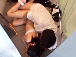 【JCレイプ盗撮動画】スポーツブラの上から貧乳を揉む服屋店員が試着室で入学前の処女に妊娠中出しww