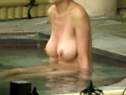【露天風呂盗撮動画】神乳と呼ぶのに相応しい推定Gカップの美巨乳素人を女湯で隠し撮り出来たww