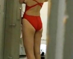 【更衣室盗撮動画】水泳部の女子校生が着替えるロッカールームに隠しカメラ…発育中の身体に競泳水着ww