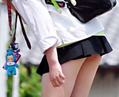 【JK街撮り盗撮画像】パンツが見えるギリギリ寸前のミニスカ制服で登下校する女子校生を隠し撮りww