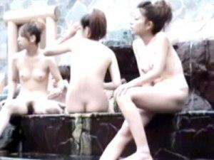 【露天風呂盗撮動画】キャバ嬢の慰安旅行なのか…茶髪の派手なギャルが浴槽に跨がり大股広げてズームインww