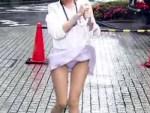 【女子アナパンチラ画像】台風中継のお天気お姉さんがミニスカ捲れ上がる放送事故って多発しすぎww
