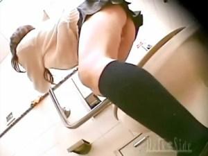 【JKオナニー盗撮動画】唾液まみれの指を女子トイレで挿入して盛り出したギャル女子校生を隠し撮りww