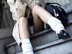 【JKパンチラ盗撮動画】もりまん&ハミ毛の純白パンツが丸見えな女子校生を接写で隠し撮りww