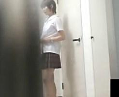 【家庭内盗撮動画】汗をかいて帰宅した女子校生の妹の着替えをニート兄が浴室まで隠し撮りした流出映像…