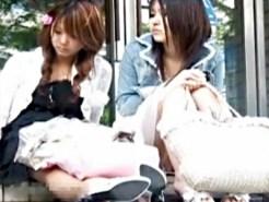 【パンチラ盗撮動画】薄ピンクの下着とまんすじが見えてる夏休み中のロリ学生を隠し撮りww