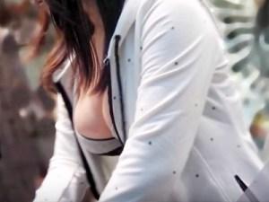 【胸チラ盗撮画像】一瞬作りモノに見えてしまう美巨乳胸チラを見せてる素人ギャルを街撮りww
