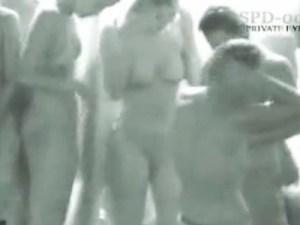 【水着盗撮動画】プールで水浴びビキニギャルに赤外線カメラ…マン毛も透けてほぼ全裸に見える件ww