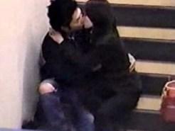 【街撮り盗撮動画】階段で生々しいキスを繰り返す素人カップルをリアル隠し撮りした動画が流出…