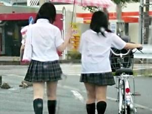 【JK透けブラ盗撮画像】台風の季節!雨風止まらない野外で制服濡れて女子校生のブラジャーが丸見えww