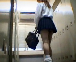 【JK着替え盗撮動画】ミニスカルーズの制服女子校生が水泳部の部室で競泳水着に着替える様子を隠し撮り…