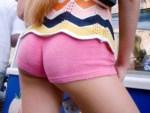 【街撮り盗撮画像】尻肉がハミ出して半ケツなっても気にしないホットパンツ女子を背後撮りww