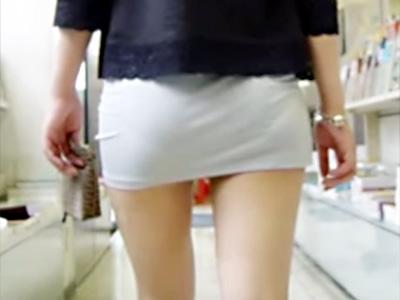 【街撮り盗撮画像】白タイトや白パンツでパンティラインが丸見えの素人女子を隠し撮りww