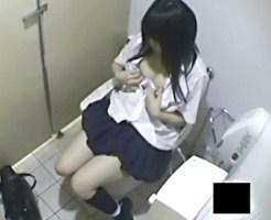 【JKトイレオナニー盗撮動画】黒髪ロリ顔の制服女子校生が駅の公衆便所でオシッコ後に指オナニーww