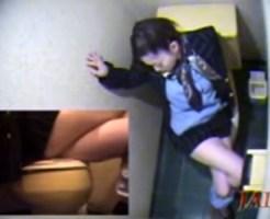 【トイレオナニー盗撮動画】空港の便所で便座の蓋にびらびらを擦りつけるスチュワーデスを隠し撮りww