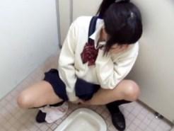 【無修正盗撮動画】学校の和式トイレ…オシッコ後に指オナニーで身体をビクつかせるロリ可愛い女子校生…
