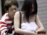 【イタズラ盗撮動画】胸元が緩そうな巨乳素人を狙い…背後から近づいて一気に服をズリ下ろした結果ww