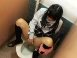 【JKトイレオナニー盗撮動画】黒髪のロリ女子校生が学校の女子トイレで洋式トイレに跨り指オナ隠し撮りww