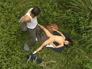 【JK青姦盗撮動画】草むらで女子校生とセックスしたい性欲の塊とも言えるオッサンの必死な行動を隠し撮り…