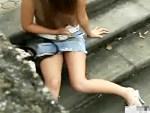 【素人パンチラ盗撮動画】ミニデニムスカートから見える足に相当自信のある美脚ギャルの座りパンチラ…