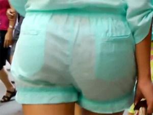 【海外パンチラ盗撮動画】モデル体型の美形外人を街撮り…透けたホットパンツからTバック丸見えww