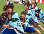 【JK胸チラ盗撮動画】街おこしイベントでダンスを踊る女子校生たちが乳揺れ&胸チラww