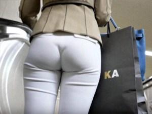 【透けパン盗撮画像】薄い素材スカートを履いた素人女子を背後撮り…完全にパンツが丸見え状態を街撮りww