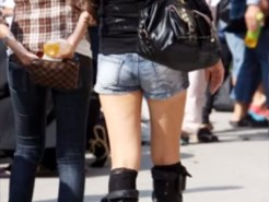 【ホットパンツ盗撮画像】気温下がって減少しつつある生足ショーパンの素人ギャルを隠し撮りww