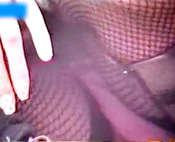 【素人パンチラ動画】網タイツごしに見えるピンクパンツを接写で隠し撮りした座りパンチラ映像…