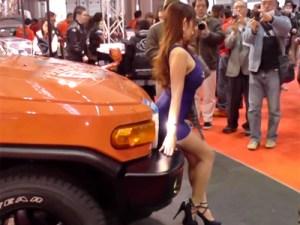 【キャンギャル動画】ボディラインが相当エロいコンパニオンを大阪モーターショーで隠し撮りww