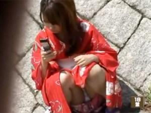【素人パンチラ隠撮動画】浴衣の下は花柄の薄ピンクパンツ…慣れない服装に座りパンチラする素人を隠し撮りww