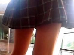 【パンチラ隠撮動画】地下鉄構内で無差別に女子校生や素人の太もも狙って隠し撮りした映像…