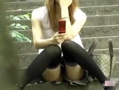 【ノーパン隠撮動画】彼氏の命令か…!?ノーパンで待ち合わせ場所に座るマンコ丸見えギャルを隠し撮りww