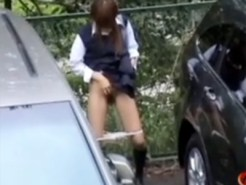 【野ション隠撮動画】田舎の女子校生の基本…!?帰宅中の土手で立ちションする様子を隠し撮りww