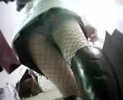 【逆さ撮り隠盗動画】街中を巡回…ミニスカート履いた素人を狙って足元からパンチラを隠し撮りww