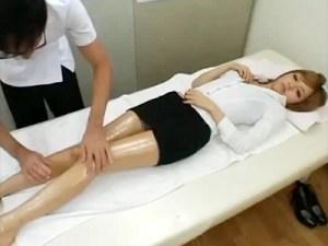 【マッサージ隠盗動画】美脚ギャルOLの疲れた足を施術中…パンツにマン汁シミを確認し我慢出来ず…