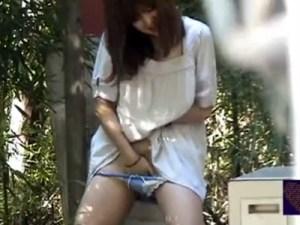 【野外オナニー隠盗動画】露出癖のある素人女子…セミが鳴く夏の公園で周りを見渡し自慰行為ww