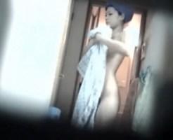 【民家隠撮動画】アパートの窓を全開にして脱衣所で全裸になるスタイル良い素人を隠し撮りww