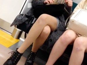 【電車隠撮動画】対面座席の足が綺麗な10代素人ギャルを隠し撮り…パンチラを接写撮りww