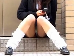 【パンチラ隠撮動画】剛毛なマン毛でレースパンツからハミ出す女子校生の座りパンチラを接写撮りww