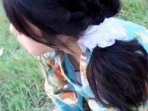 【胸チラ隠撮動画】慣れない浴衣で胸元がガバ空きの素人ギャルを花火大会の土手で隠し撮りww