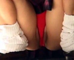 【パンチラ隠撮動画】派手な赤色パンツが丸見えのルーズソックス女子校生…食い込んで完全にまんちらww